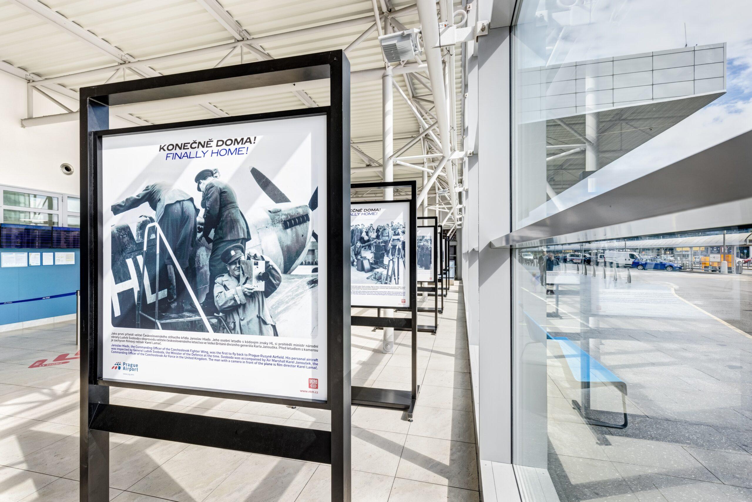 Panelová výstava na letišti Ruzyně mezi terminály