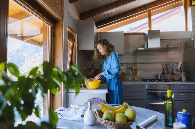 Žena připravuje jídlo