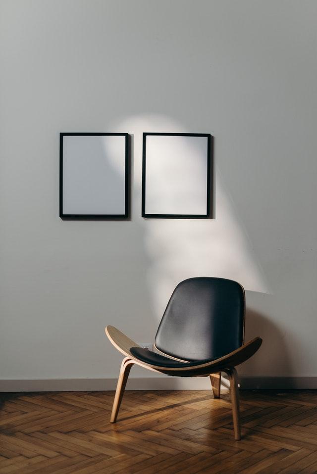 Prázdná židle na výstavě